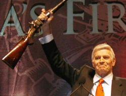 Чарлтон Хестон демонстрирует винтовку на съезде NRA